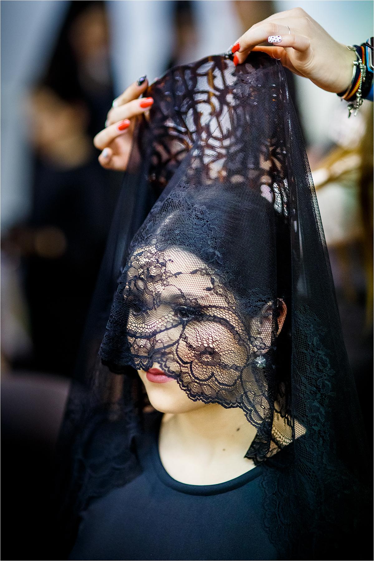 Moteriai įsegama gedulo mantilija.