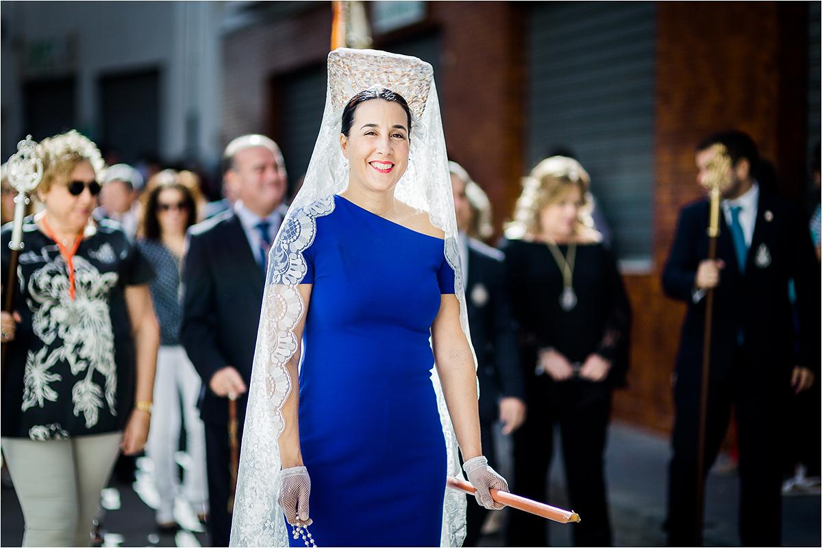 Moteris su mantilija procesijoje.