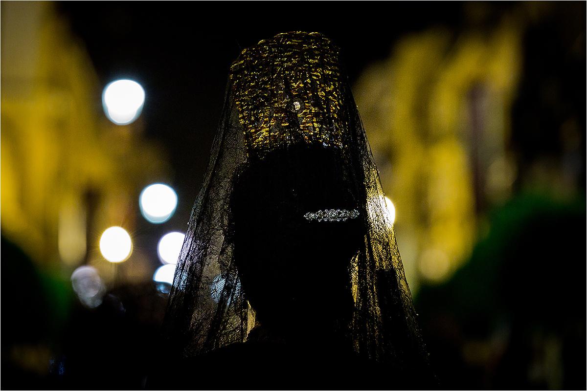 Gedulinė mantilija moteriai ant galvos.
