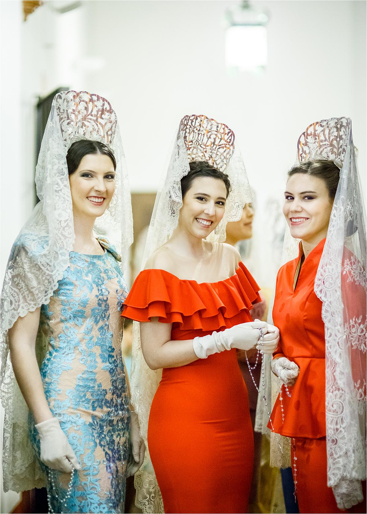 Trys merginos su mantilijomis.