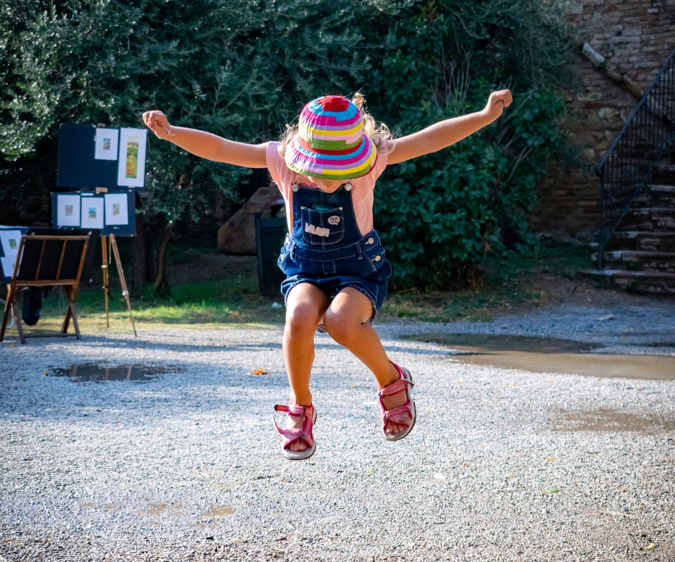 Mergaitė, pašokusi į orą