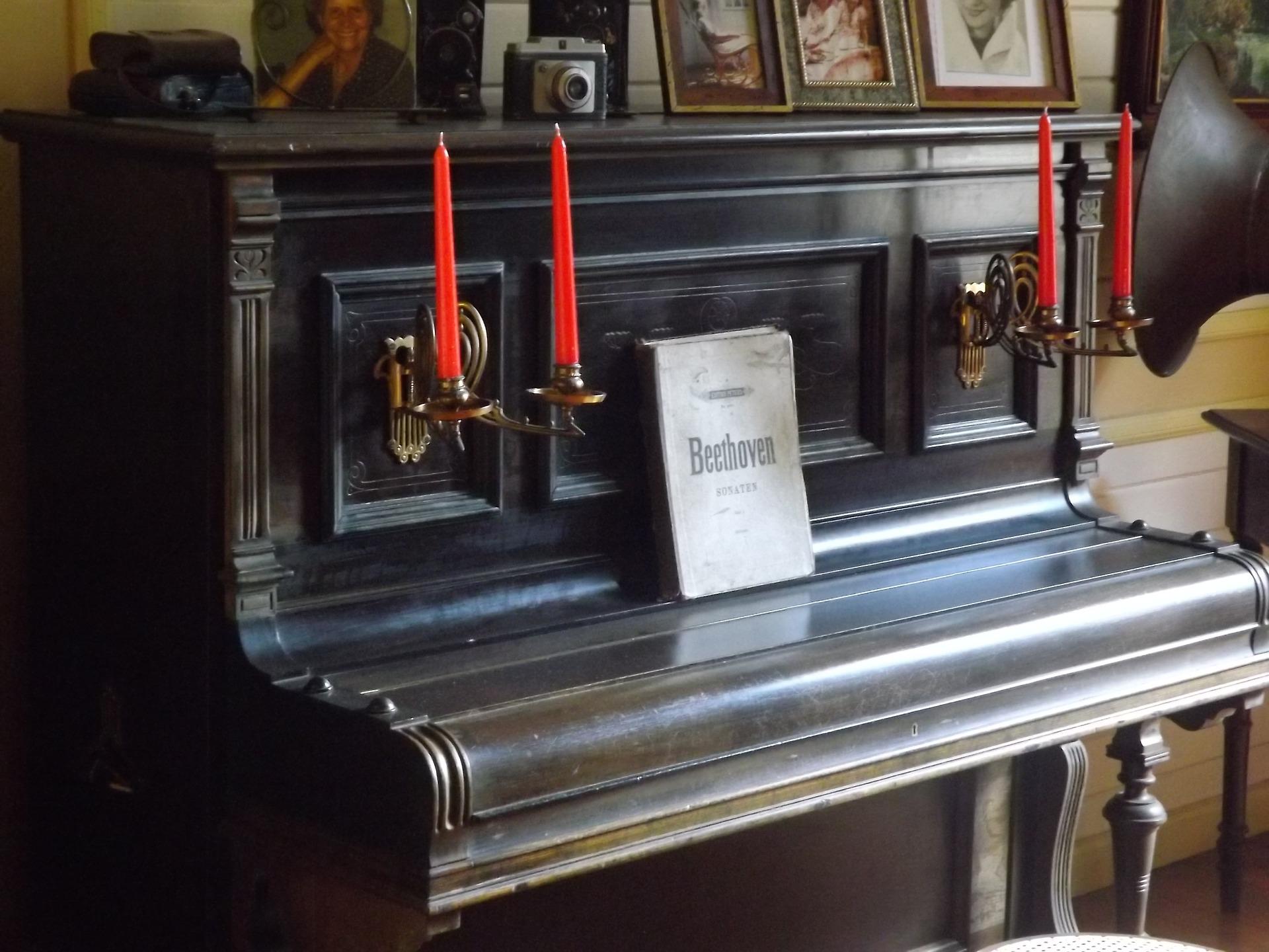 Pianinas su partitūromis.