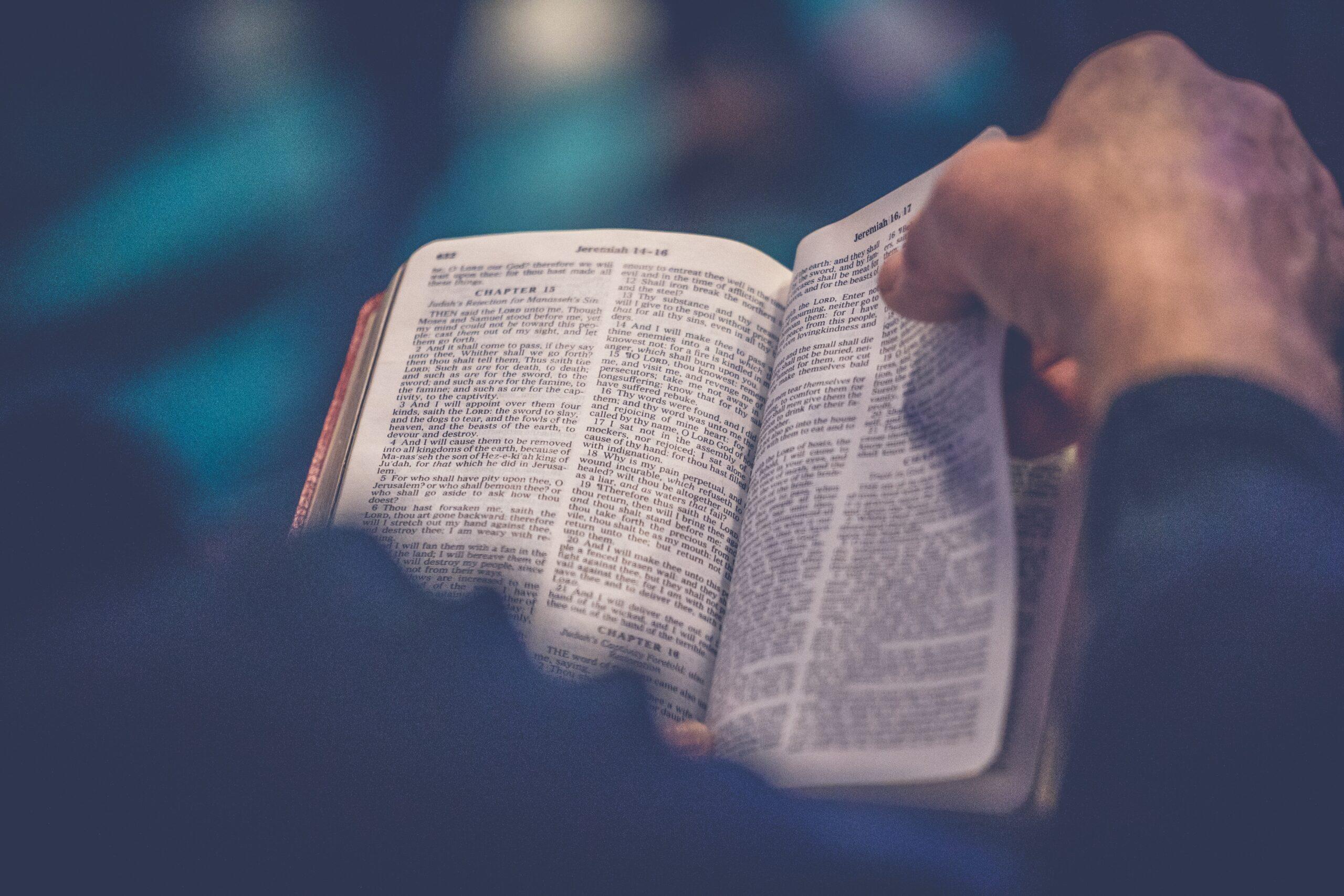 Žmogus verčia Biblijos puslapį