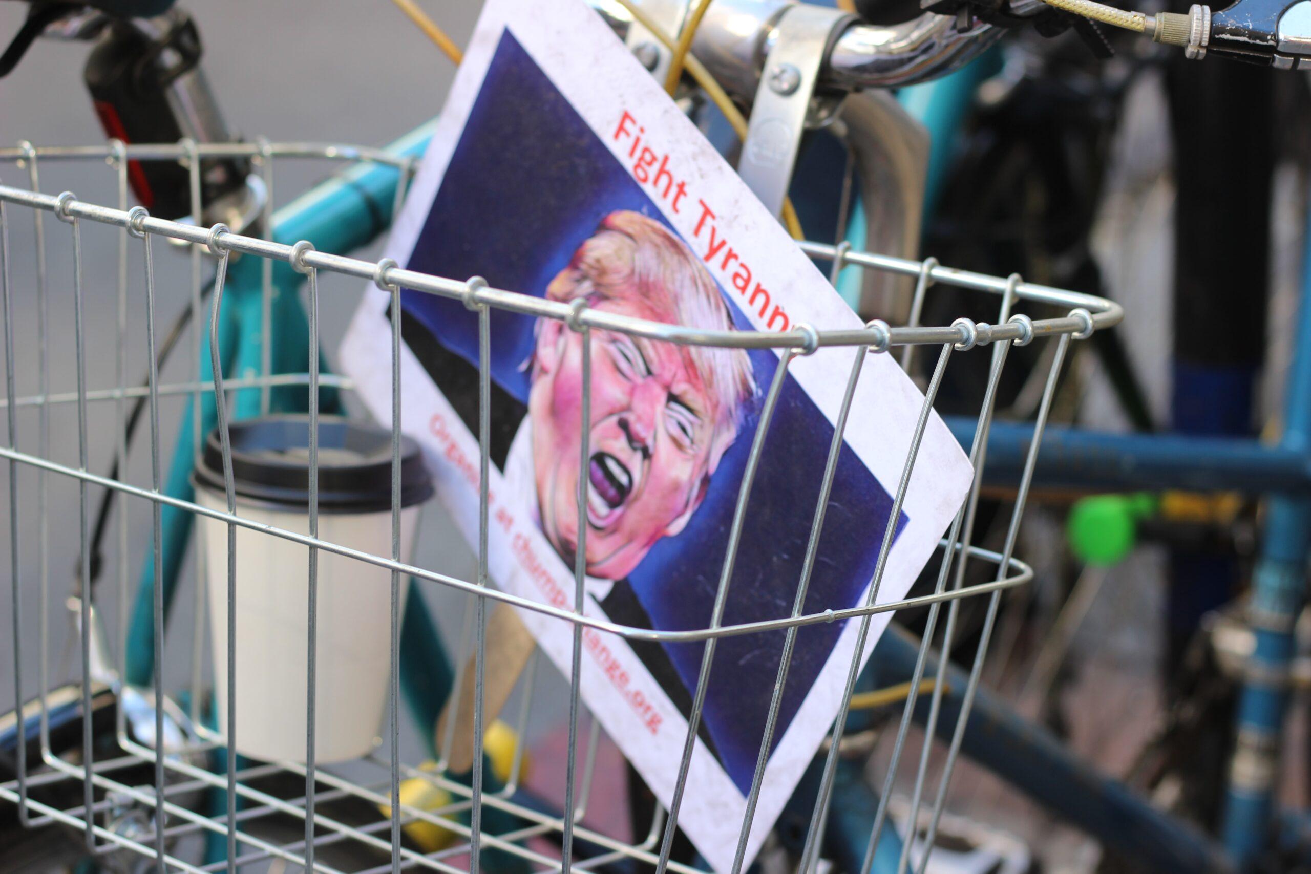 Plakatas prieš Donaldą Trumpą pirkinių vežimėlyje