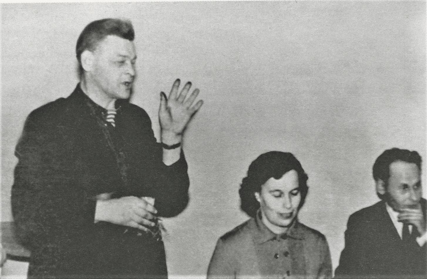 Poetai Paulius Širvys ir Jonas Strielkūnas bičiulystės vakare prie stalo.