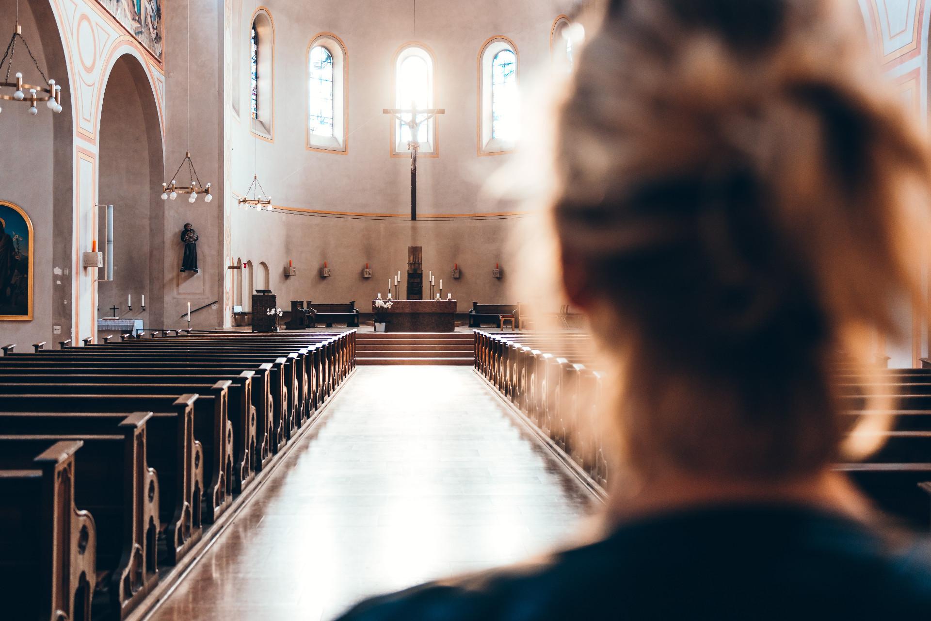 Moteris meldžiasi bažnyčioje
