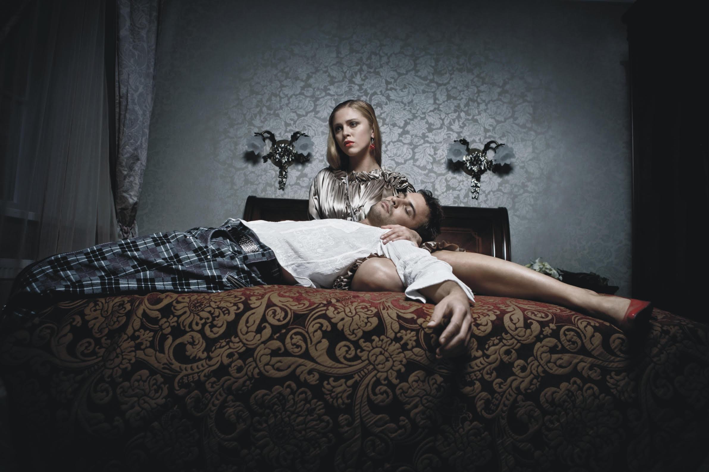Moteris ir vyras ant lovos.