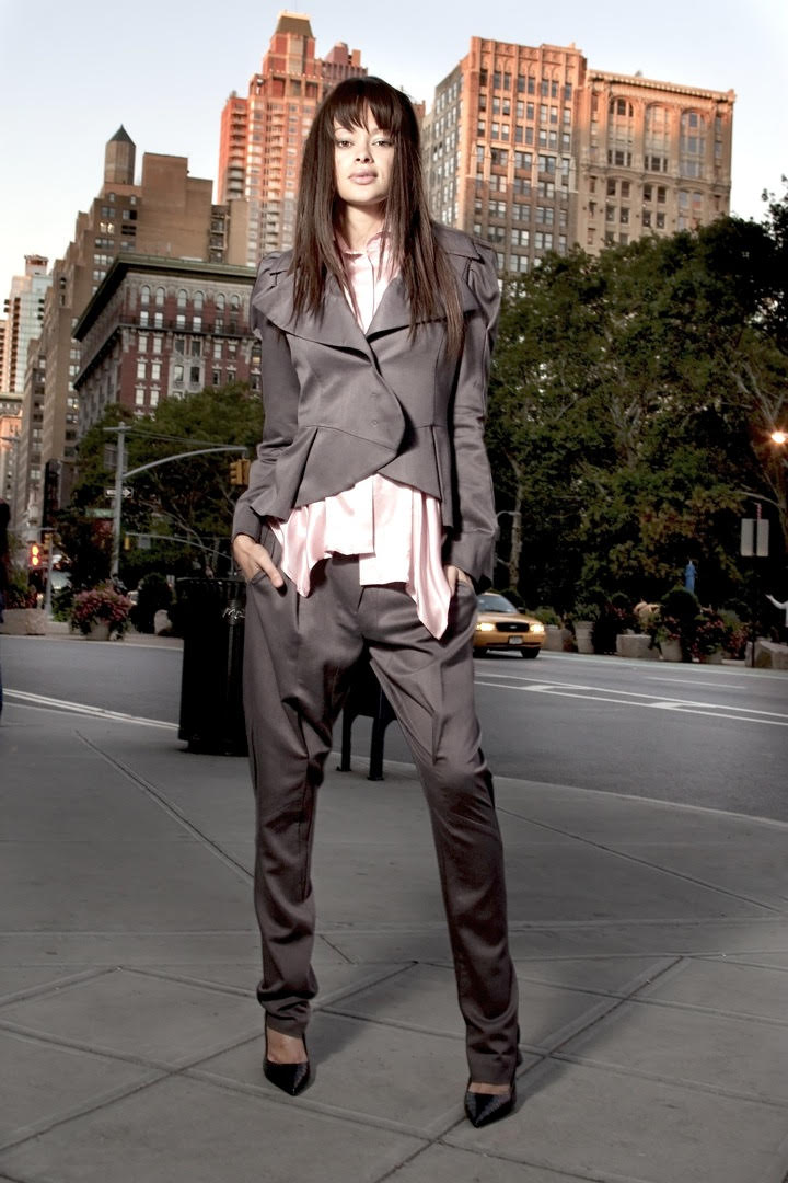 Moteris dailiu kostiumu.