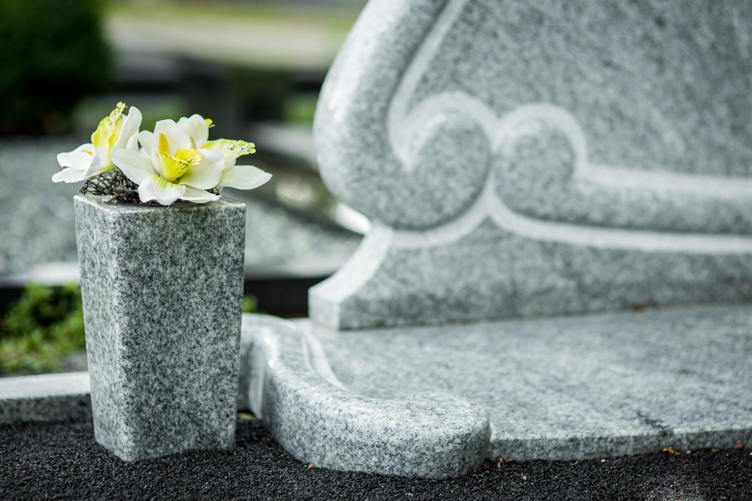 Granitinė vaza kapinėse.