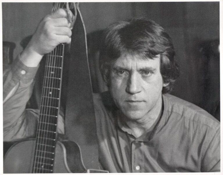 Portretas su gitara.