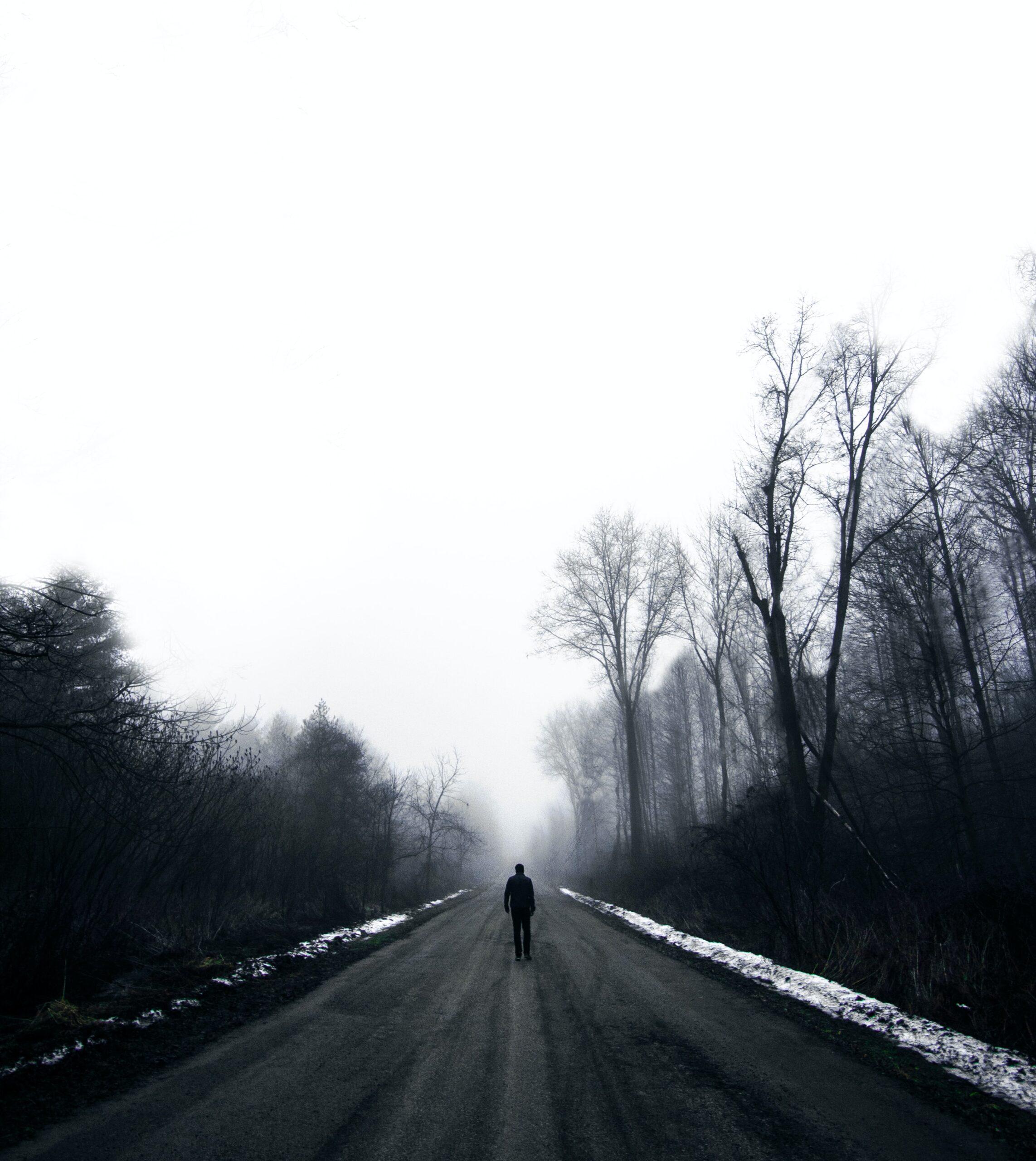Žmogus eina keliu.